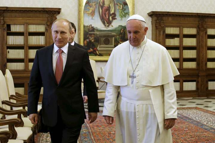 Russian President Vladimir Putin (L) meets Pope Francis during a private meeting at Vatican City, June 10, 2015. The United States urged the Vatican on Wednesday to criticise Russia's involvement in the Ukraine conflict more forcefully, hours before Pope Francis was due to meet Russian President Vladimir Putin. REUTERS/Gregorio Borgia/pool