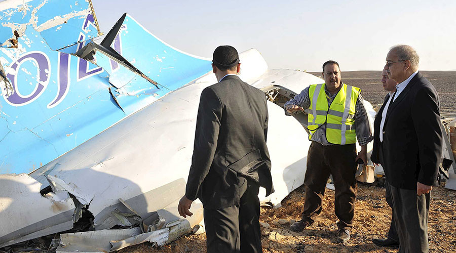 Egypt's Prime Minister Sherif Ismail (R) listens to rescue workers as he looks at the remains of a Russian airliner after it crashed in central Sinai near El Arish city, north Egypt, October 31, 2015. The Airbus A321, operated by Russian airline Kogalymavia under the brand name Metrojet, carrying 224 passengers crashed into a mountainous area of Egypt's Sinai peninsula on Saturday shortly after losing radar contact near cruising altitude, killing all aboard. REUTERS/Stringer - RTX1U58W